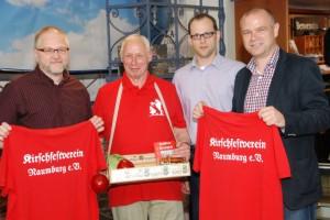 Frank Hempel (r.) vom gleichnamigen Modehaus übergibt die drei gespendeten Polos an Dieter Broda (mit Bauchladen) und den Vorsitzenden Jörg Wiedemann (l.) sowie Ronny Just (2.v.r.)
